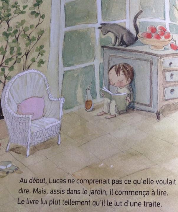 La montagne de livres : Lucas lit dans le jardin